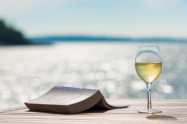 해변에서 즐기는 휴가, 어떤 와인과 함께할까?